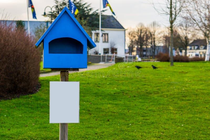 Пустая коробка в форме дома, пустой белый знак листовки с космосом экземпляра, концепцией рекламы стоковые фото