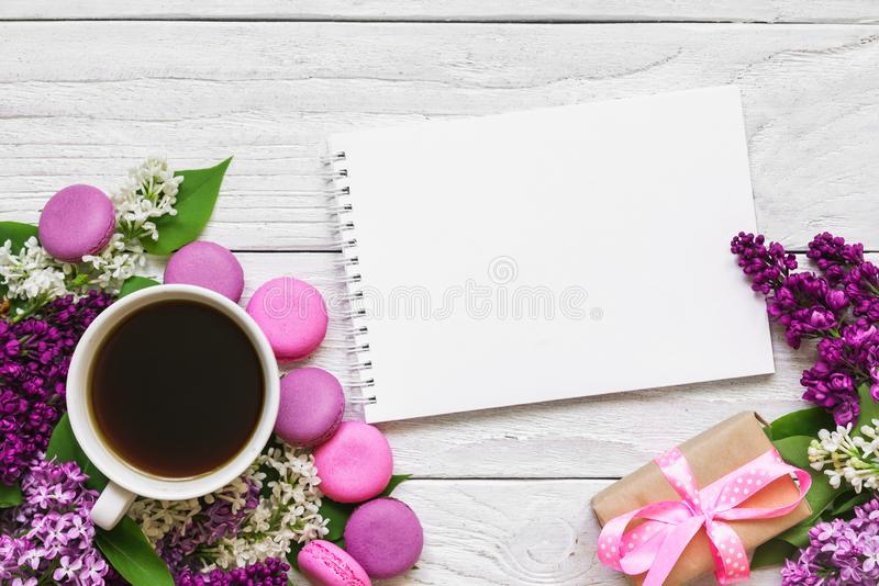 Пустое приглашение поздравительной открытки или свадьбы с цветками сирени, кофейной чашкой, macaroons и подарочной коробкой стоковое изображение