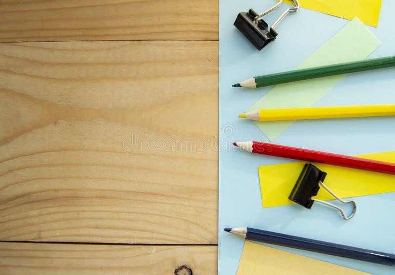 Пустое пространство для текста и канцелярских принадлежностей на деревянной предпосылке План для дизайна, плоского положения стоковые фото