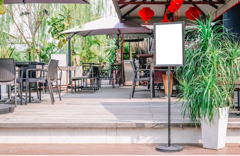 Пустой шаблон модель-макета дисплея плаката, пустой дисплей афиши перед рестораном стоковая фотография rf