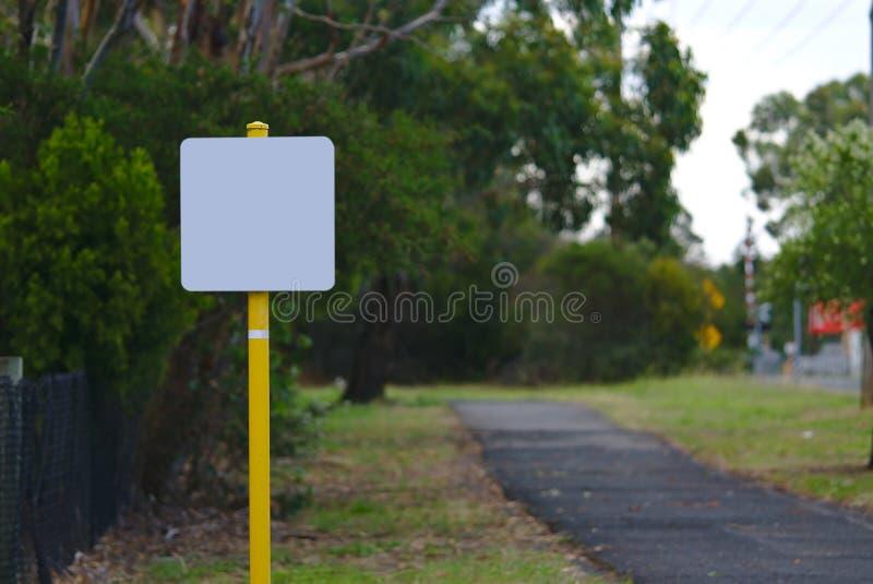 Пустой signage на желтом поляке стоковые изображения