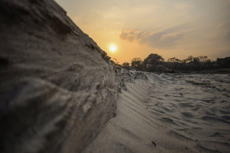 Путь каньона в солнечном дне между высокими утесами стоковые фото