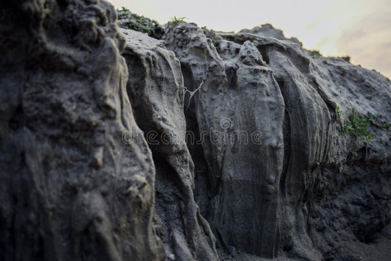 Путь каньона в солнечном дне между высокими утесами стоковые фотографии rf