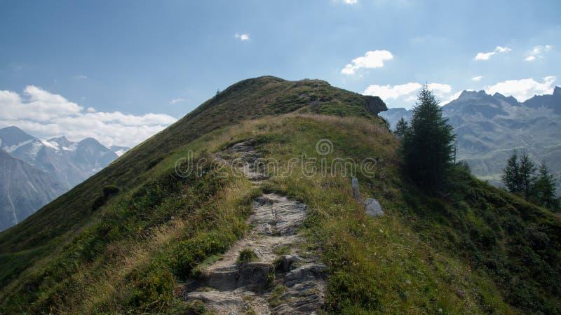 Путь на пике цепи горы горных вершин стоковые изображения rf