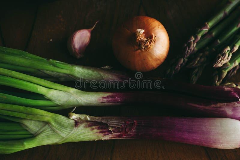 Пурпурный длинный лук, чеснок, спаржа стоковые изображения rf