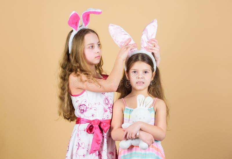 Праздник весны детство счастливое День пасхи Деятельности при пасхи для детей пасха счастливая Девушки зайчика праздника с длинны стоковые изображения rf