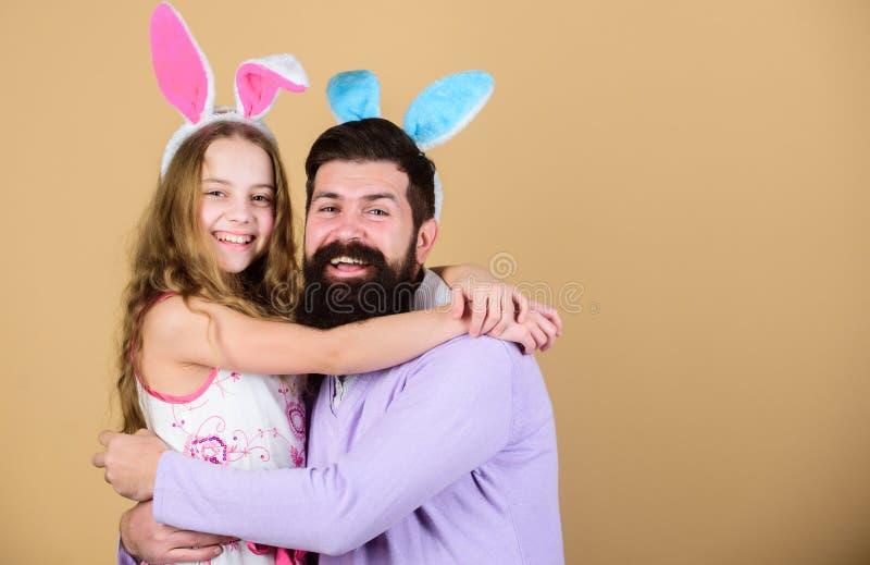 Праздник весны Дух пасхи Деятельности при пасхи для целой семьи пасха счастливая Уши зайчика праздника длинные Семья стоковые изображения