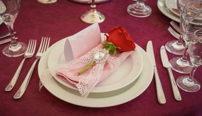 Праздничное украшение таблицы с красными цветками стоковые изображения rf