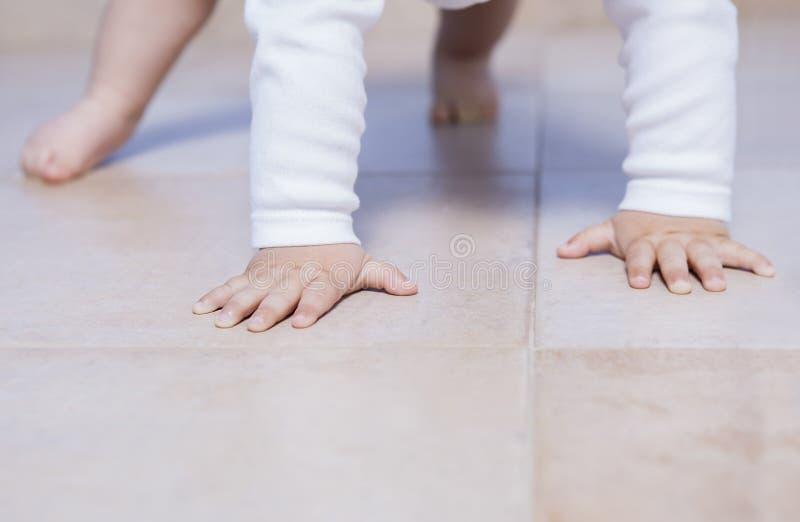 Практика ребенка вползая в первый раз стоковое фото