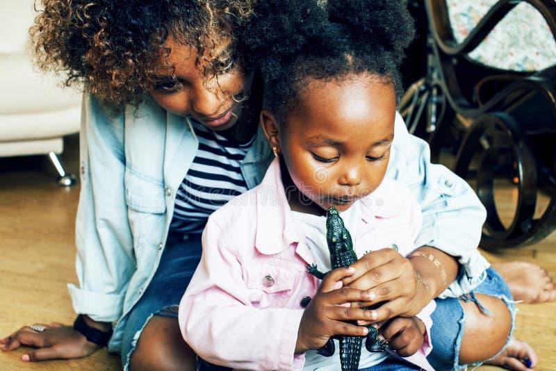 Прелестная сладкая молодая афро-американская мать с милой маленькой девочкой играя, концепцией людей образа жизни стоковые изображения rf