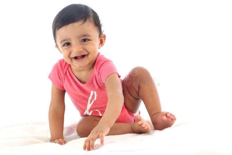 Прелестный ребенок против белой предпосылки стоковое изображение rf