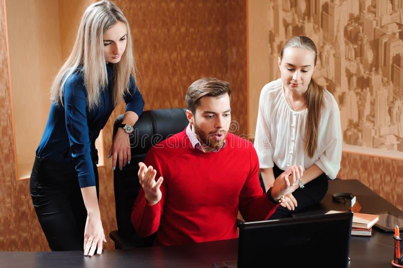 Предприниматели используя ноутбук на столе переговоров, людях в офисе проводя конференцию и обсуждая стратегии стоковые изображения rf