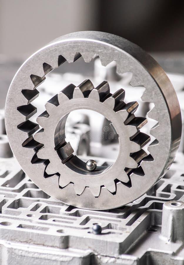 Предпосылка и картина старых частей металла коробки gearshift передачи и шестерни Гидро-мозга стоковая фотография