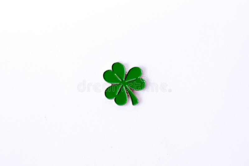 Предпосылка на день ` s St Patrick для дизайна с клевером белизна предпосылки изолированная клевером Ирландские символы праздника стоковые фотографии rf