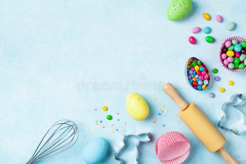 Предпосылка пасхи печь с инструментами кухни для взгляда сверху пекарни праздника сладкого Плоское положение стоковые фото
