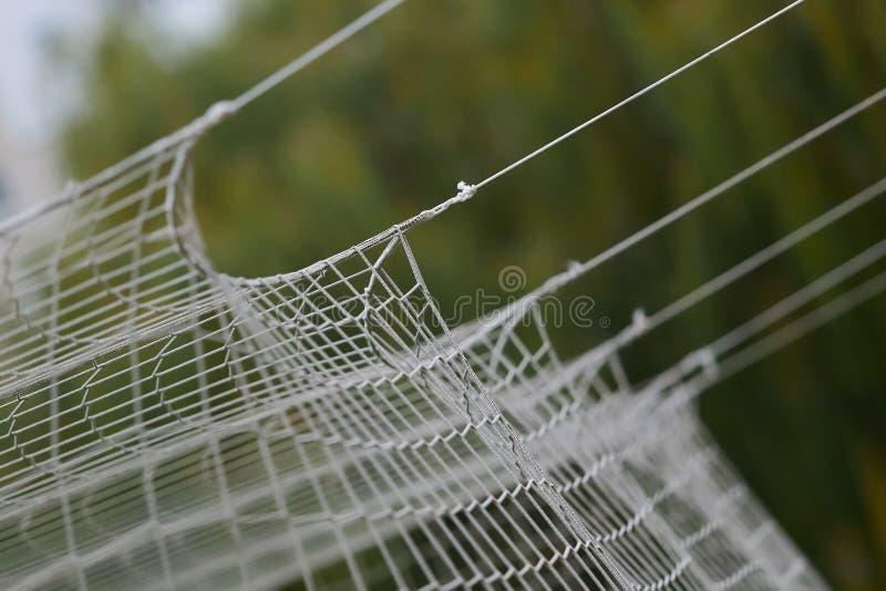 Предпосылка сети футбола или футбола, взгляд от за цели с запачканным стадионом и тангаж поля стоковые фотографии rf