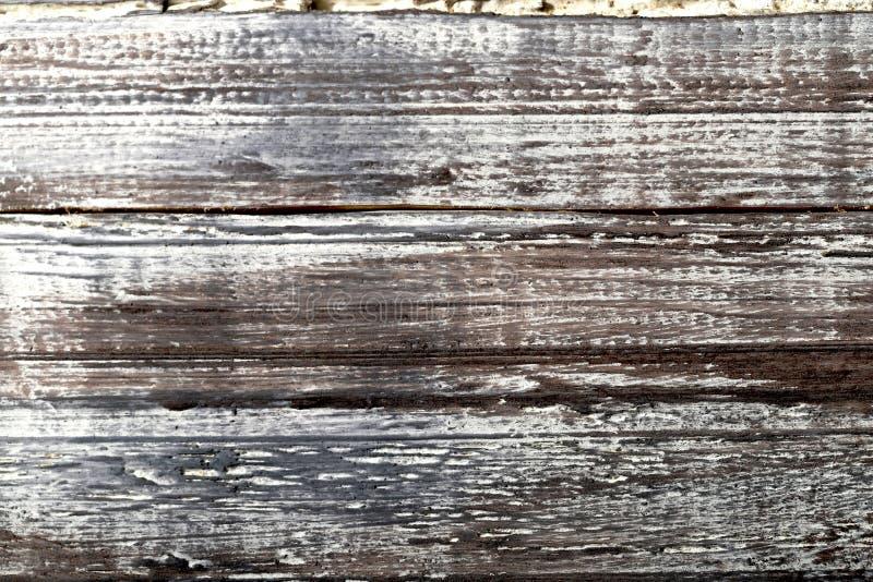 Предпосылка старого коричневого цвета с белой деревянной поверхностью с произнесенной структурой линий древесины стоковые фото