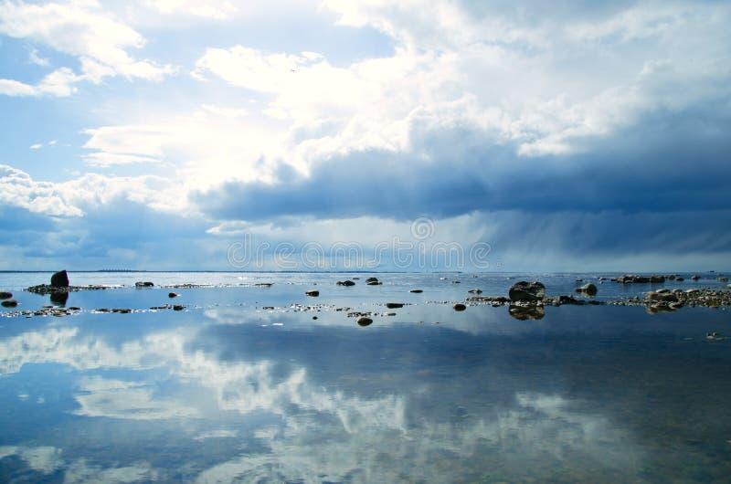 Прибрежный ландшафт и облачное небо, причаливая облака шторма и дождь стоковые изображения rf