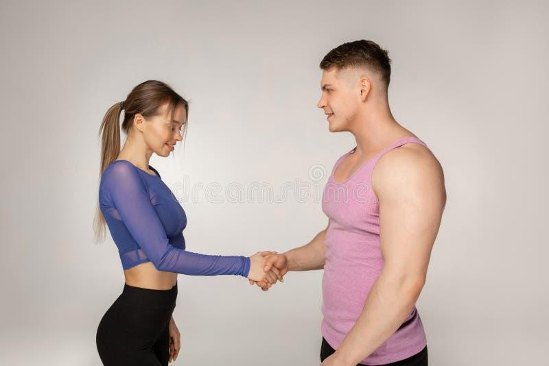 Привлекательные sporty тренеры фитнеса в ультрамодном sportswear стоковые изображения