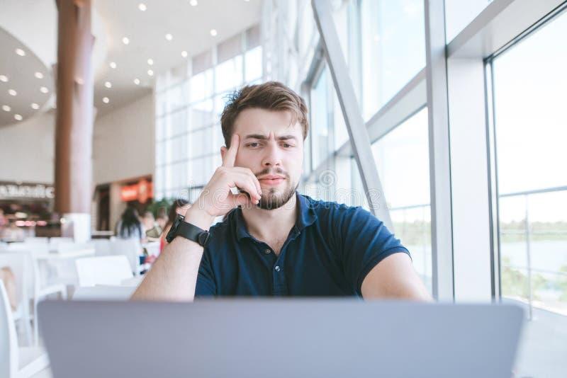 Привлекательный человек с бородой sydt в кафе и сфокусированного на экране ноутбука стоковые фото
