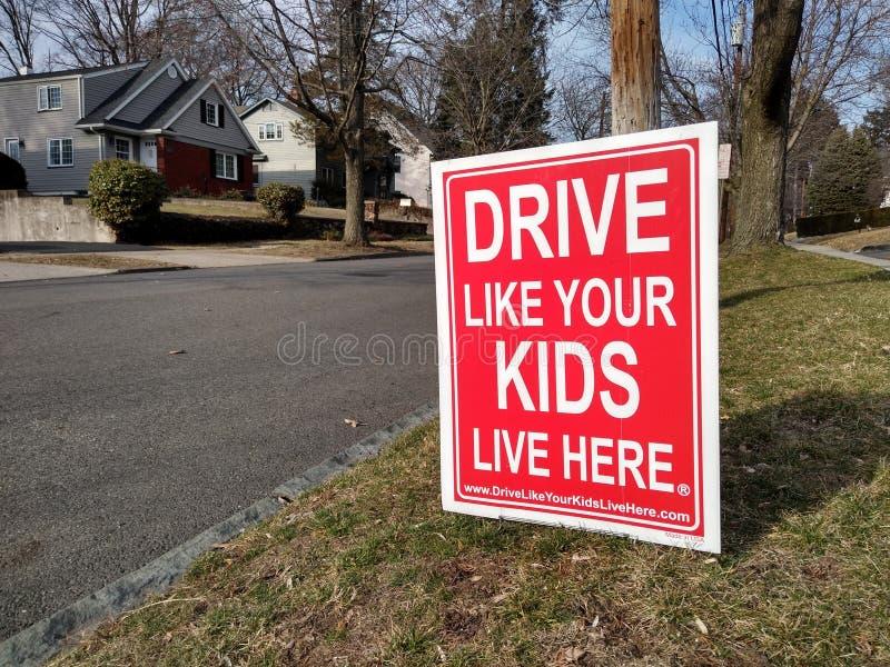 Привода знак безопасно, спад, привод как ваши дети живет здесь стоковое изображение