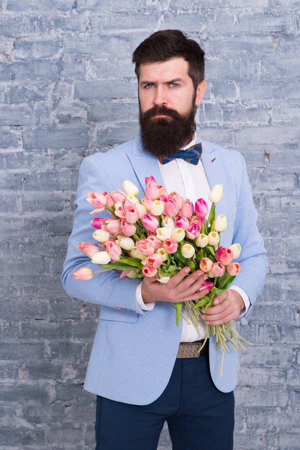 Пригласите ее датируя Романтичный человек с цветками Романтичный подарок Мачо получая готовую романтичную дату Ждать милочка стоковое фото rf