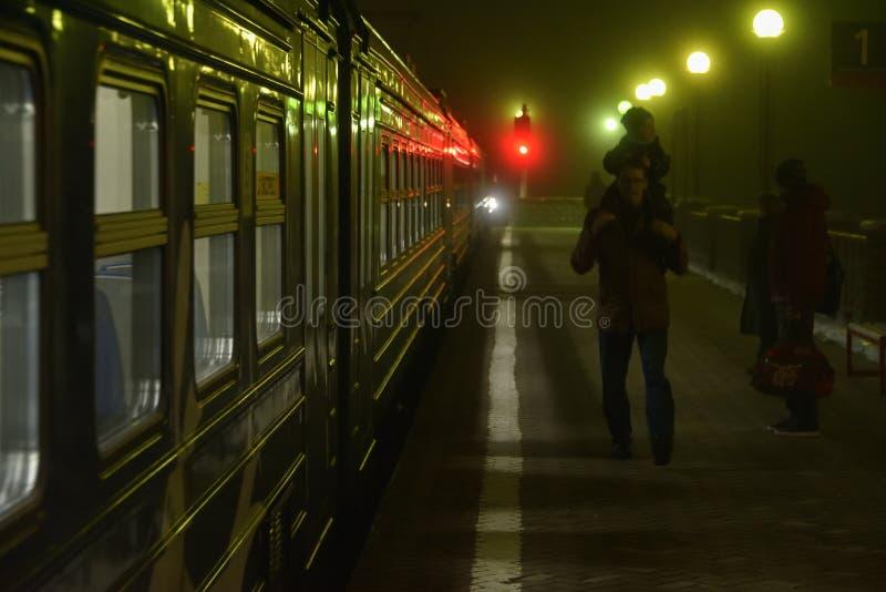 Пригородный поезд и пассажиры стоковое фото rf