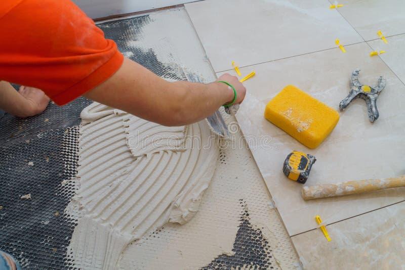 Приложение новых плиток на установке пола bathroom для жилищного строительства стоковые фото