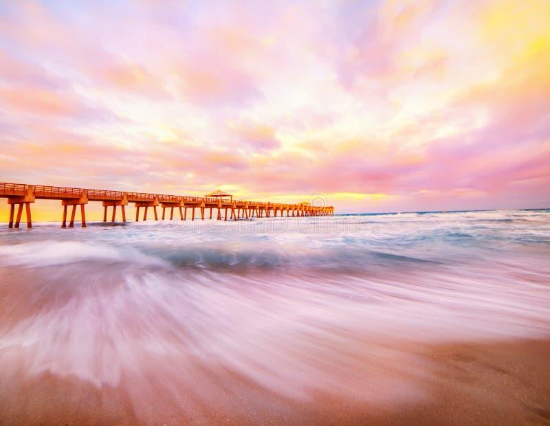 Пристань на заходе солнца на побережье Атлантического океана Флорида США выдержка длиной стоковое фото