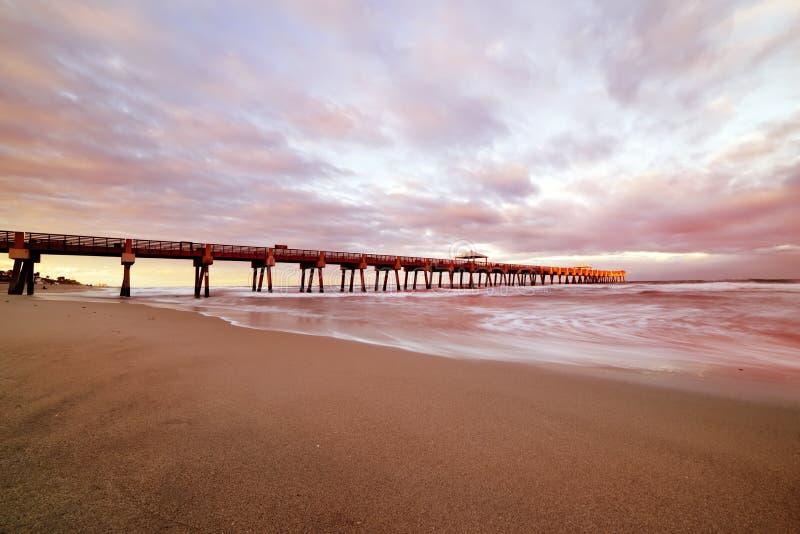 Пристань на заходе солнца на побережье Атлантического океана Флорида США выдержка длиной стоковые изображения rf