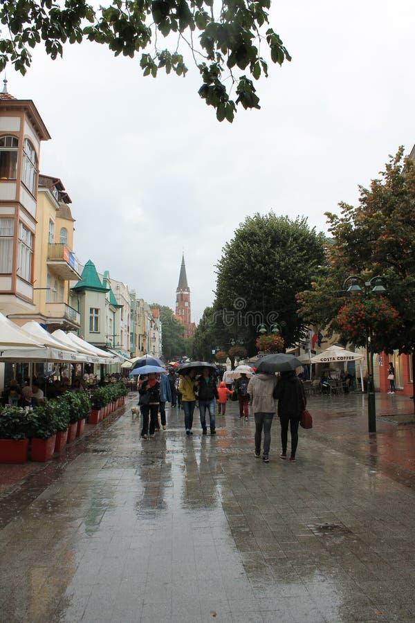 Прогулка в Sopot Польше с людьми идя под зонтики в дожде стоковые фотографии rf