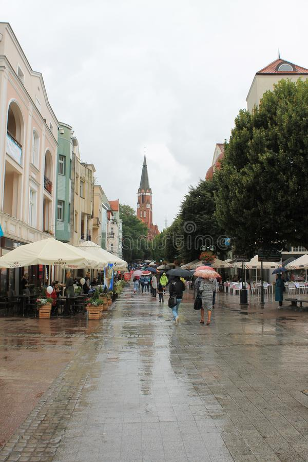 Прогулка в Sopot Польше с людьми идя под зонтики в дожде стоковая фотография