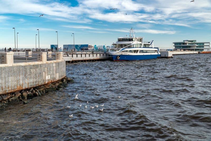 Прогулочный катер на пристани стоковое фото rf