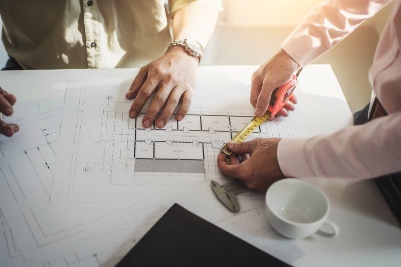 Проектируйте людей встречая работу и указывать на чертежей в офисе для обсуждать Концепция инструментов и конструкции инженерства стоковые изображения