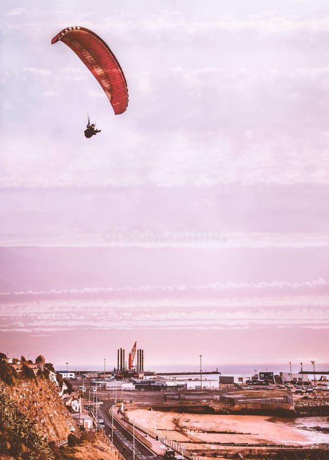 Промышленная западная сторона скалы гавани Ramsgate королевской, Кента, Великобритании как параплан летает наверху стоковые фото