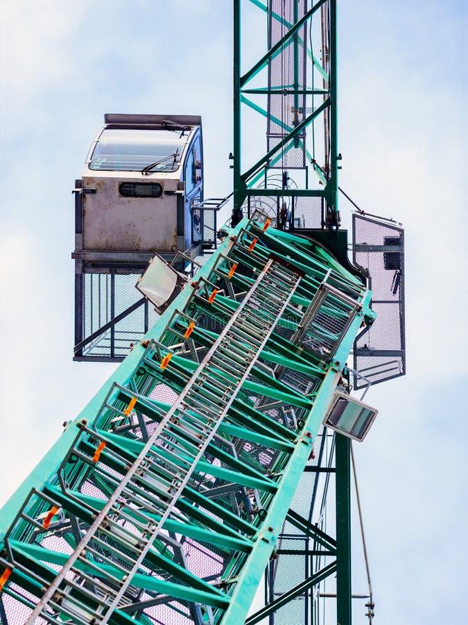 Промышленный кран снизу против сизоватого неба стоковое фото