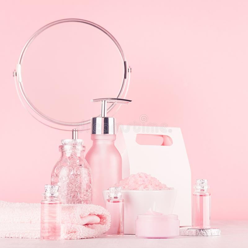 Продукты и аксессуары косметик ванны в элегантном пастельном розовом цвете - массаж поднял масло, соль для принятия ванны, сливк, стоковое фото rf