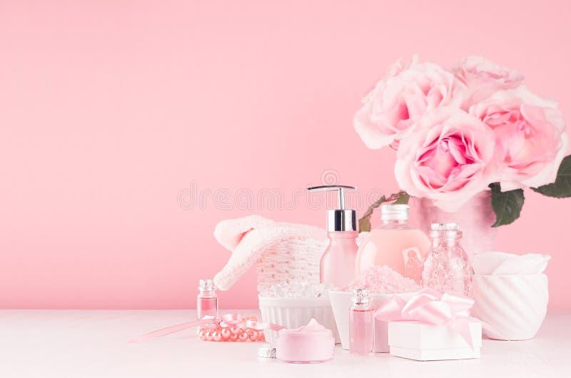 Продукты косметик ванны, романтичный букет и аксессуары в элегантном пастельном розовом цвете - массаж поднял масло, соль для при стоковые фотографии rf