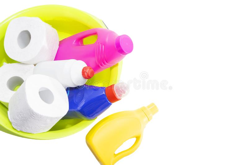 Продукты чистки и ремонта, химикаты домочадца, резиновые перчатки, зеленый таз для очищать квартиру и офис стоковая фотография