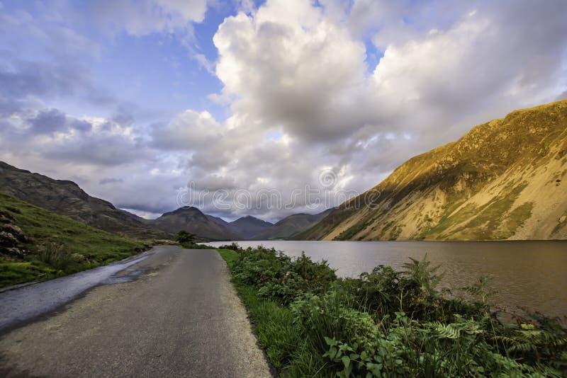 Проселочная дорога с взглядом на сценарной долине в районе озера, Cumbria, Великобритании стоковое фото rf
