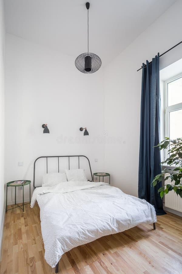 Простая кровать с изголовьем металла стоковые фото