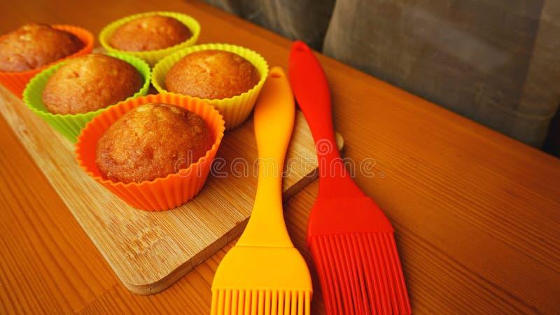 Простые мини булочки в красочном bakeware силикона Кухня и концепция варить стоковое фото rf