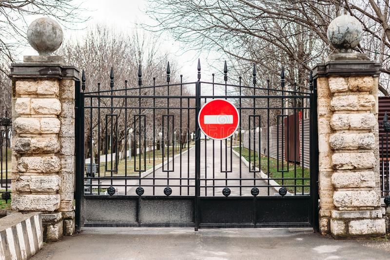 Проход закрыт вход ворот запрещен стоковые изображения rf