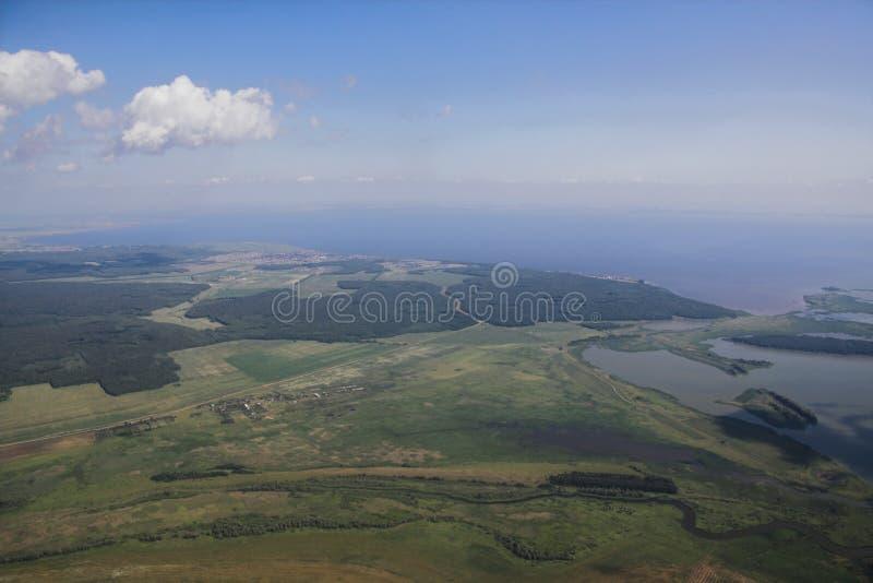 Побережье, который нужно изречь реки Kama, взгляда от самолета kazan Россия стоковые изображения rf