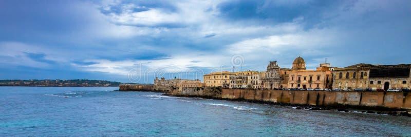 Побережье острова Ortigia на городе Сиракуза, Сицилии, Италии стоковое фото rf