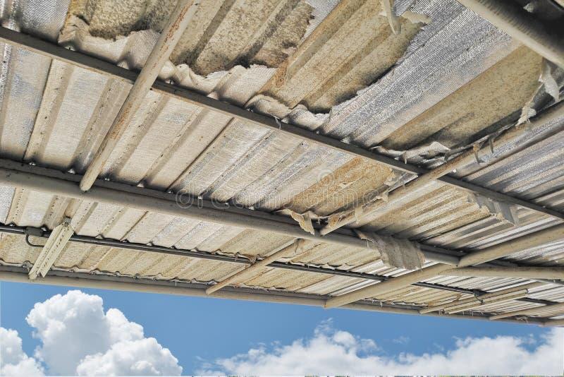 Поврежденная изоляция крыши, ухудшила после долгого периода пользы стоковое изображение