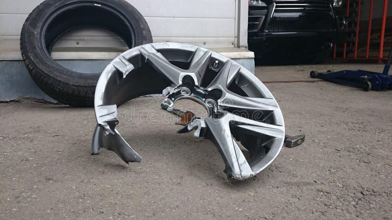Поврежденное колесо автомобиля светлого сплава сорванный к частям стоковая фотография rf