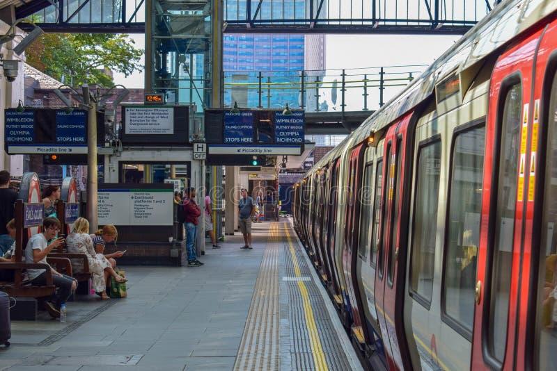 Поезд уходя от подземной станции метро в Лондоне стоковое фото