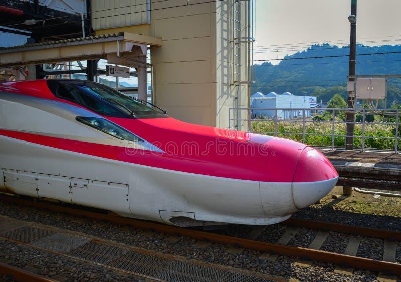 Поезд Shinkansen останавливая на железнодорожном вокзале стоковое фото rf