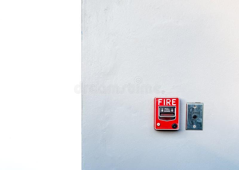 Пожарная сигнализация на белой бетонной стене Предупреждение и система безопасности Аварийное оборудование для сигнала тревоги бе стоковое фото rf